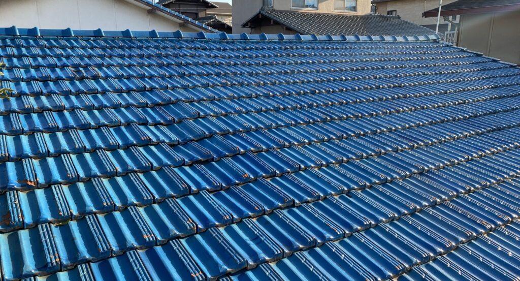 瓦の並びが歪んでいる青い屋根