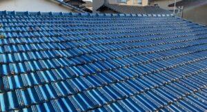 瓦の並びが歪んだ青い屋根