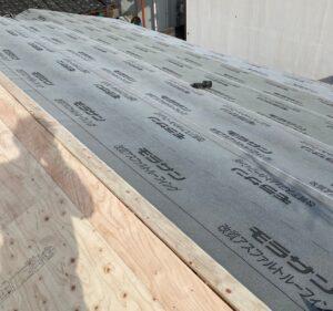 ルーフィングを半分貼り終わった屋根