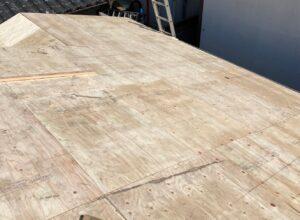 新しい野地板を張り終わった屋根