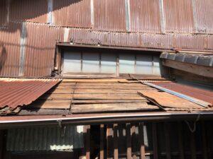 台風で屋根材が飛ばされてしまった屋根