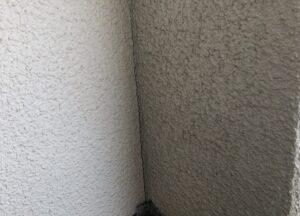 ひびの入ったベランダの壁